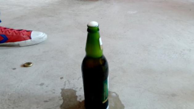 Así puedes abrir una botella de cerveza con un CD - (Fotos: Radiomar)