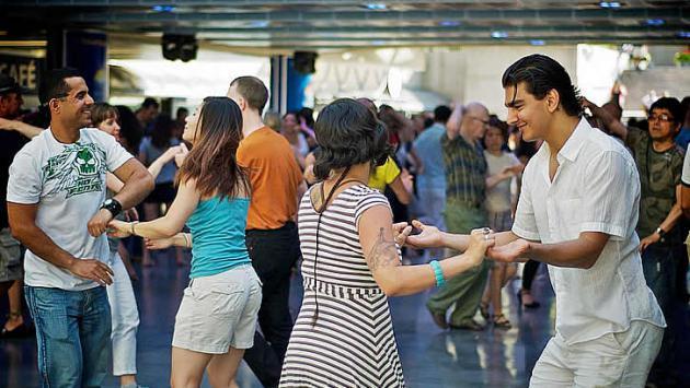 Estos son los 10 beneficios de bailar salsa