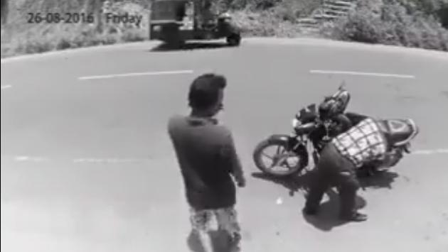 ¡Esta persona robó una billetera y luego se arrepintió y la devolvió al ver que una cámara había registrado el hecho! (Foto: Video Facebook)