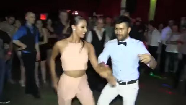 mujeres bailando salsa