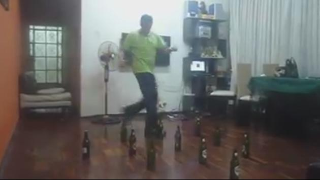 ¡Mira a este hombre bailar salsa con botellas! (VIDEO)
