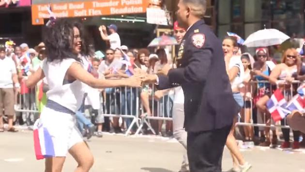 ¡Mira a este policía bailando salsa en pleno desfile! (VIDEO)