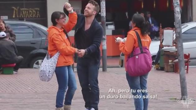 ¡Mira cómo reaccionan las personas en la calle cuando un desconocido les pide bailar salsa! (VIDEO)