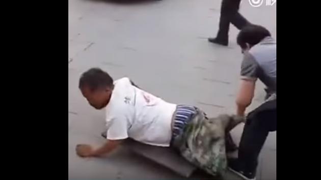 ¡Se hizo pasar por un mendigo sin piernas, pero descubrieron su engaño en la vía pública! (VIDEO)