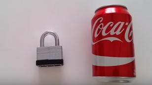 ¿Cómo abrir un candado con una lata de gaseosa?