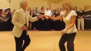 La mejor pareja de ancianos bailando salsa
