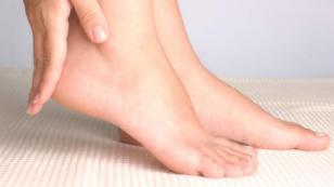 ¡Baja la hinchazón de los pies con manzanilla!