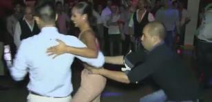 Esto pasa cuando una mujer sabe bailar salsa [VIDEO]