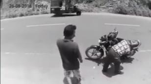 ¡Él robó una billetera, y a los segundos la devolvió por este motivo! (VIDEO)