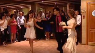 Pareja entregó el ramo de la novia bailando salsa