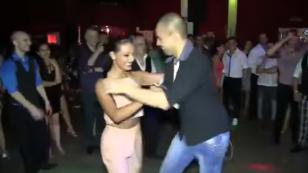¡Esta mujer demostró que sabe bailar salsa sin parar con ocho hombres diferentes! (VIDEO)