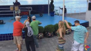 ¡Estos hombres 'discutieron' por bailar salsa con esta joven! (VIDEO)