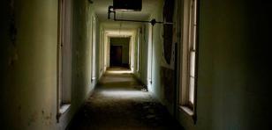 ¡No creerás lo que apareció en esta foto de un asilo abandonado!