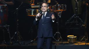 Gilberto Santa Rosa comparte sorprendente imagen de su debut en escenario de Puerto Rico