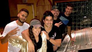 Jerry Rivera graba su nueva canción 'Vuelve' junto a sus hijos