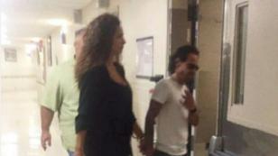Marc Anthony llegó al hospital donde se encuentra su madre (FOTO)