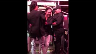 Marco Antonio Solis le hizo una broma a Marc Anthony antes de que este subiera al escenario (VIDEO)