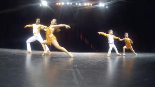 ¡Mira a este niño retar y bailar salsa junto a su profesor de baile! (VIDEO)