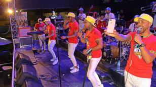 Mira a Luis Advíncula gozar de la música de Combinación de la Habana
