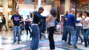 ¡Mira este 'FlashMob' de salsa en un centro comercial de Francia! (VIDEO)