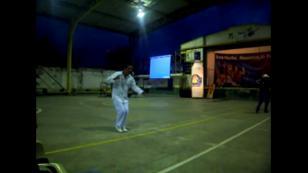 ¡Mira la gracia de este hombre para bailar salsa en una loza deportiva! (VIDEO)