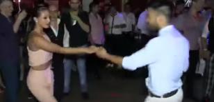 Mujer baila salsa con 8 hombres en una sola canción