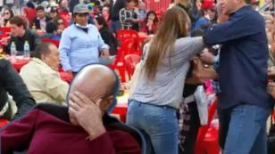 Dos mujeres se pelean por una  silla en Mistura