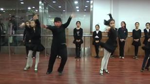 ¡Niño chino baila salsa y cautiva con sus pasos de baile! (VIDEO)
