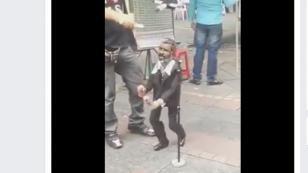 ¡Tienes que ver a esta marioneta cantar y bailar salsa! ¡Te encantará! (VIDEO)